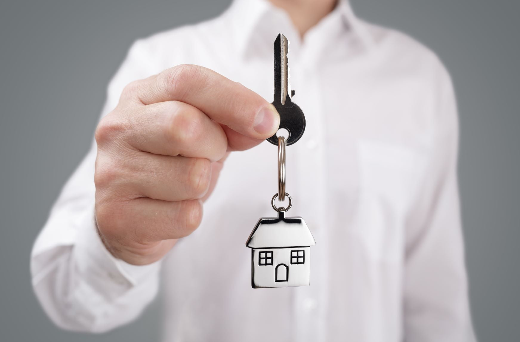 Giving a house key | Advantages of using a mortgage broker - Blog Featured Image""